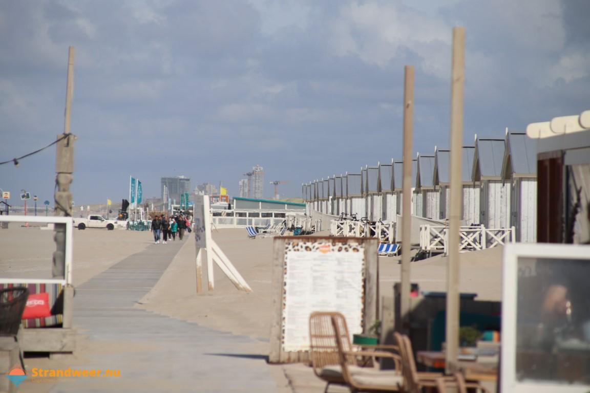 Zeer warme stranddag voor dinsdag