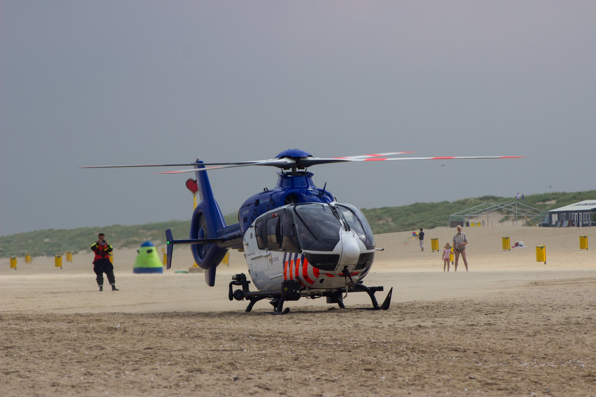Oefening vermiste personen bij strand Monster