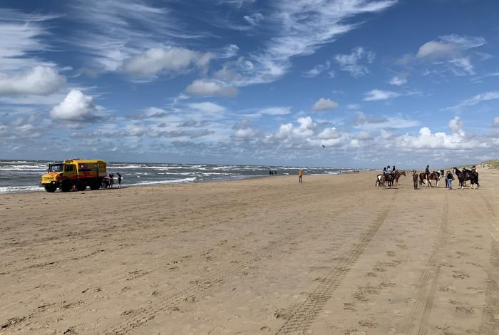 Ruiter gewond na val van paard op strand
