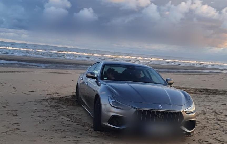 Maserati strandt op het strand