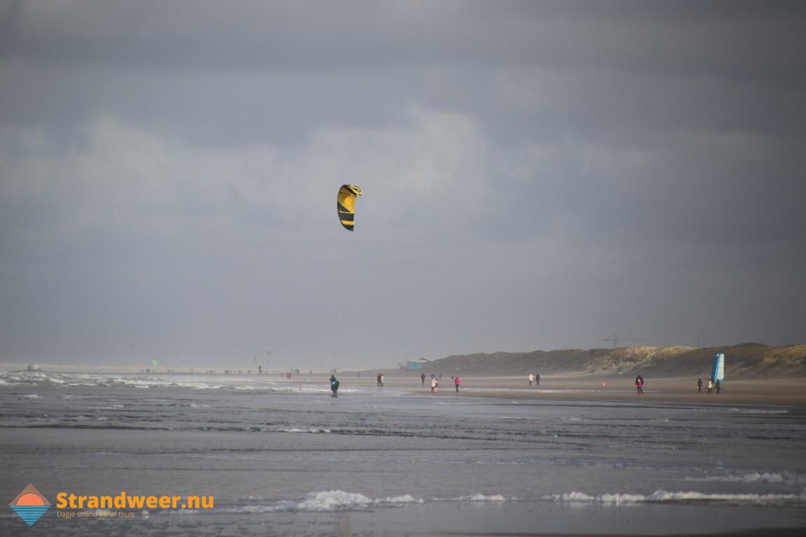 Onstuimig strandweer voor zondag 16 februari