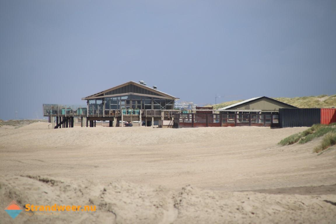 Strandpaviljoens en zeecontainers deze winter op het strand